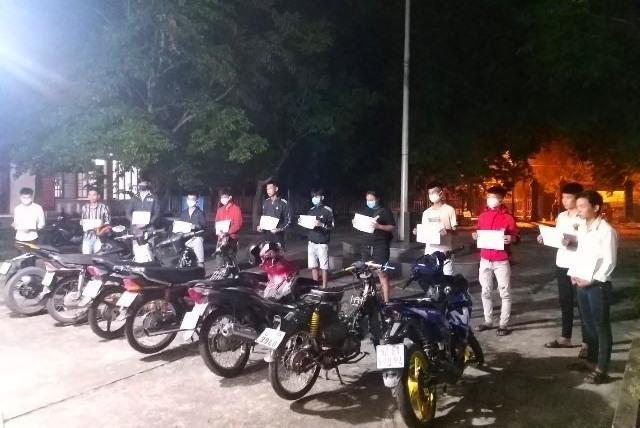 Các đối tượng bị bắt quả tang đua xe và cổ vũ đua xe trái phép. Ảnh: Công an huyện Duy Xuyên