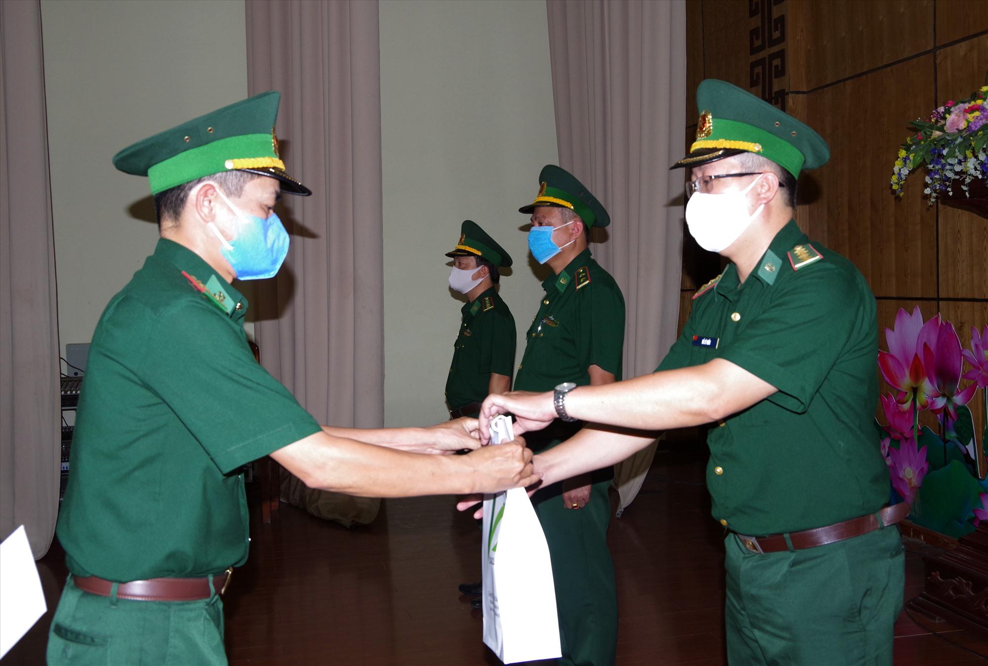 Thượng tá Hoàng Văn Mẫn - Chính ủy BĐBP tỉnh tặng quà động viên cho các cán bộ tăng cường tham gia phòng chống dịch.Ảnh: VĂN VINH