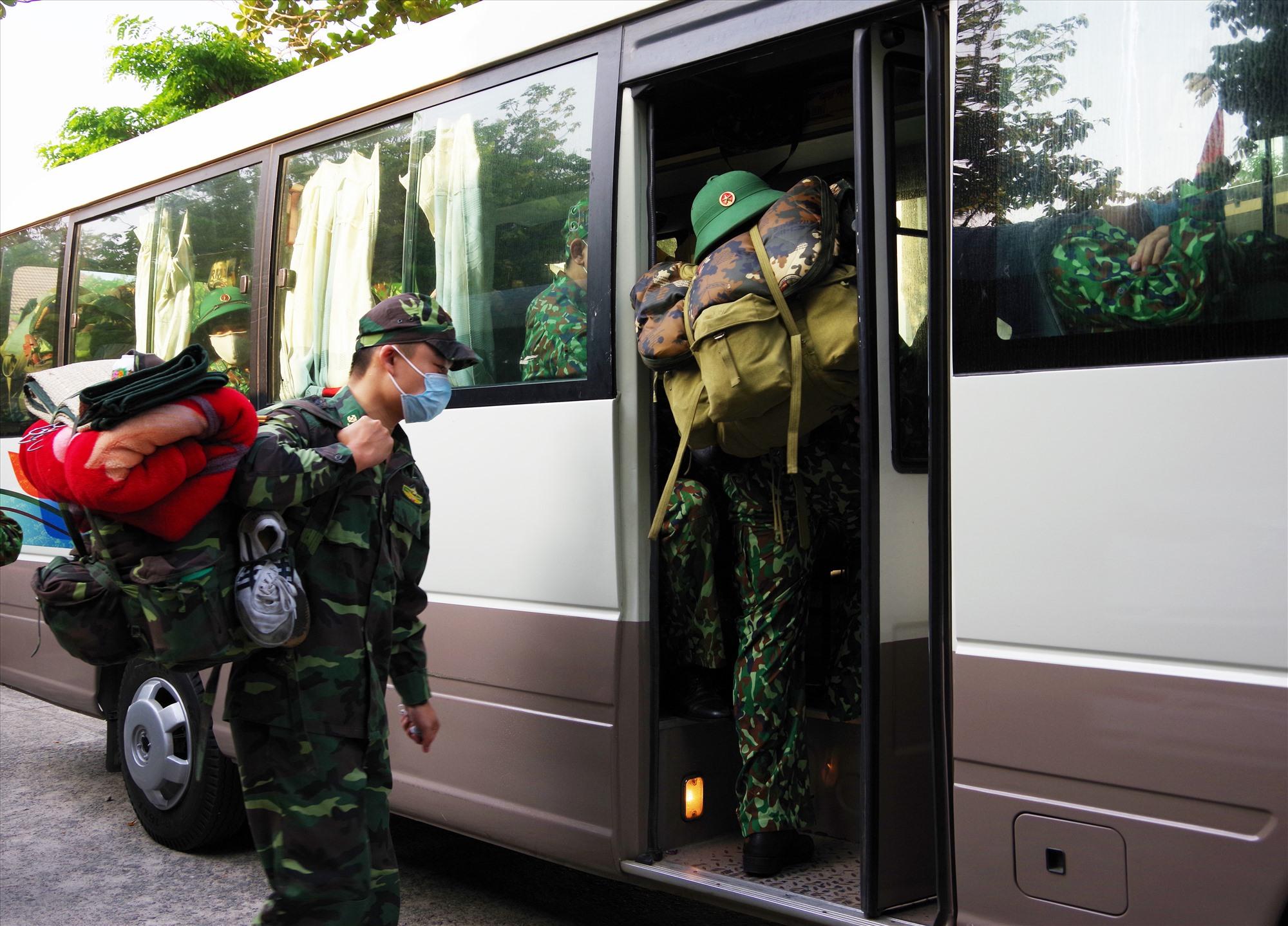 30 cán bộ biên phòng lên đường tăng cường tham gia phòng chống dịch tại biên giới Việt Lào. Ảnh: HỒNG ANH
