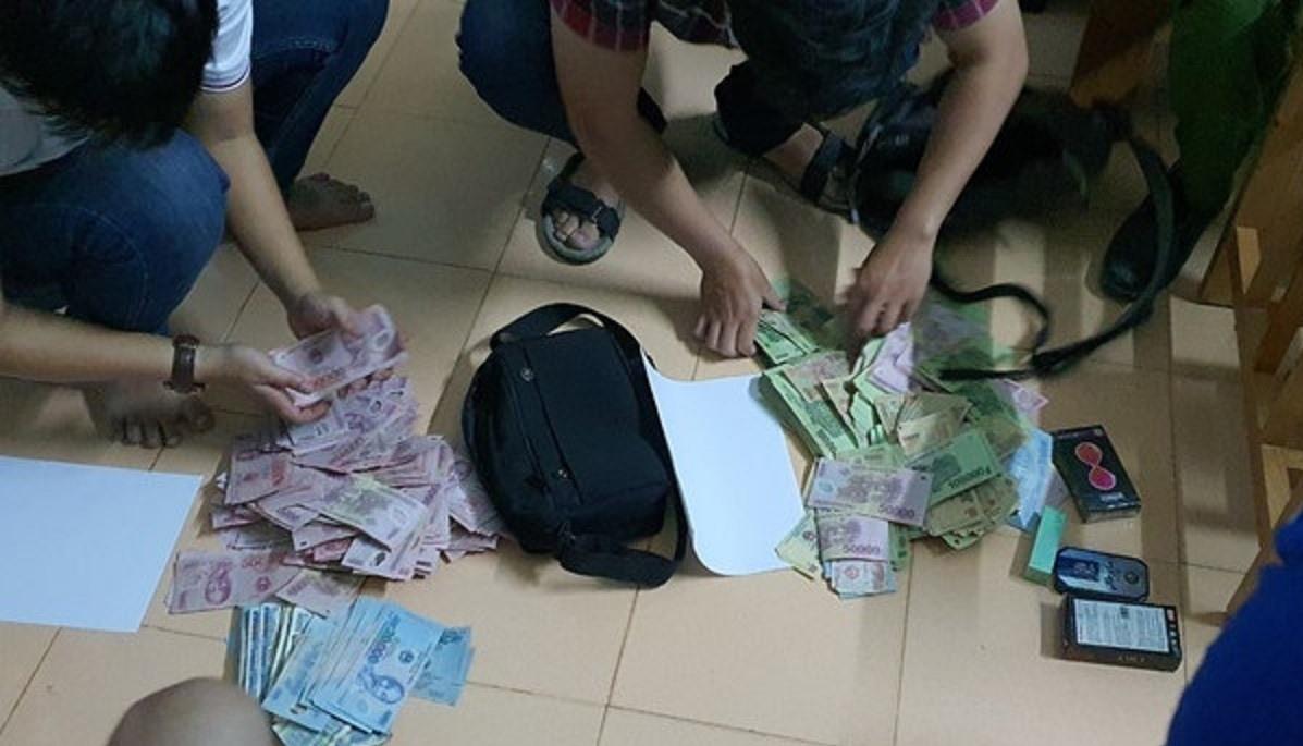 Lực lượng Công an thu giữ số tiền cướp. (Ảnh CA cung cấp)