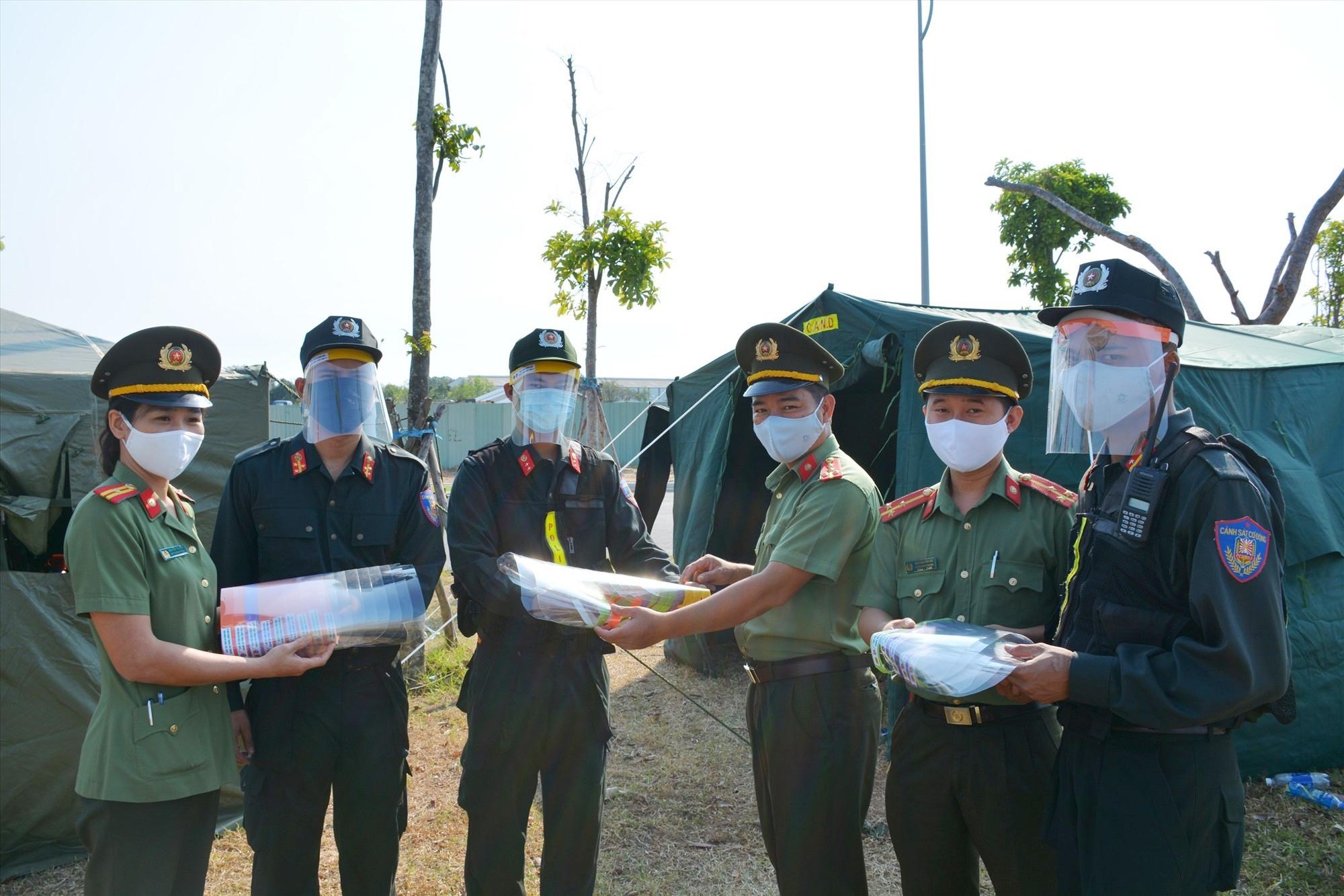 Đoàn Thanh niên Công an tỉnh trao tặng 3.000 chiếc mặt nạ phòng dịch cho cán bộ, chiến sĩ đang làm nhiệm vụ tại các chốt kiểm soát. Ảnh: M.L