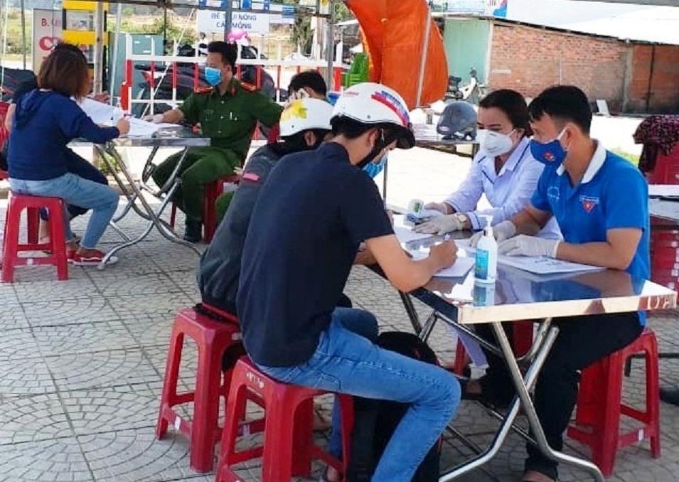 Các cơ quan chức năng của huyện Duy Xuyên hướng dẫn người dân khai báo y tế.