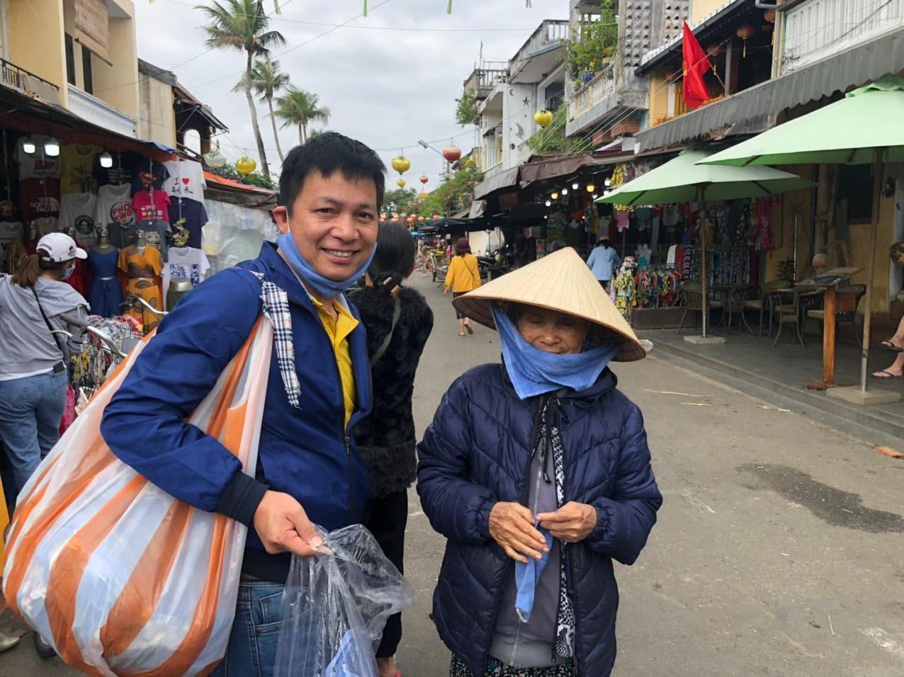 Lê Văn Chương phát khẩu trang tại chợ Hội An. (Ảnh từ nhân vật cung cấp).