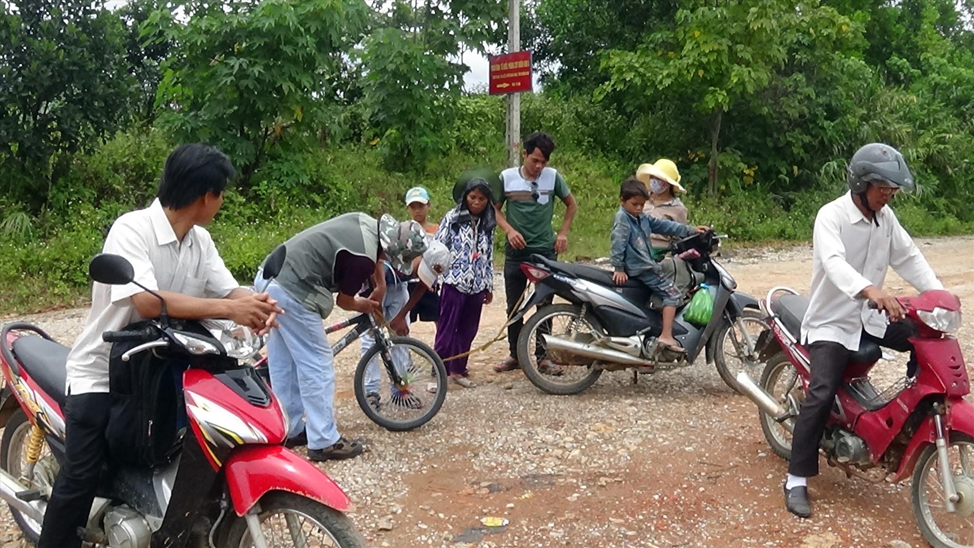 Xe máy hiện là phương tiện phổ biến ở các gia đình miền núi Quảng Nam, khi đường ô tô đi qua bản.