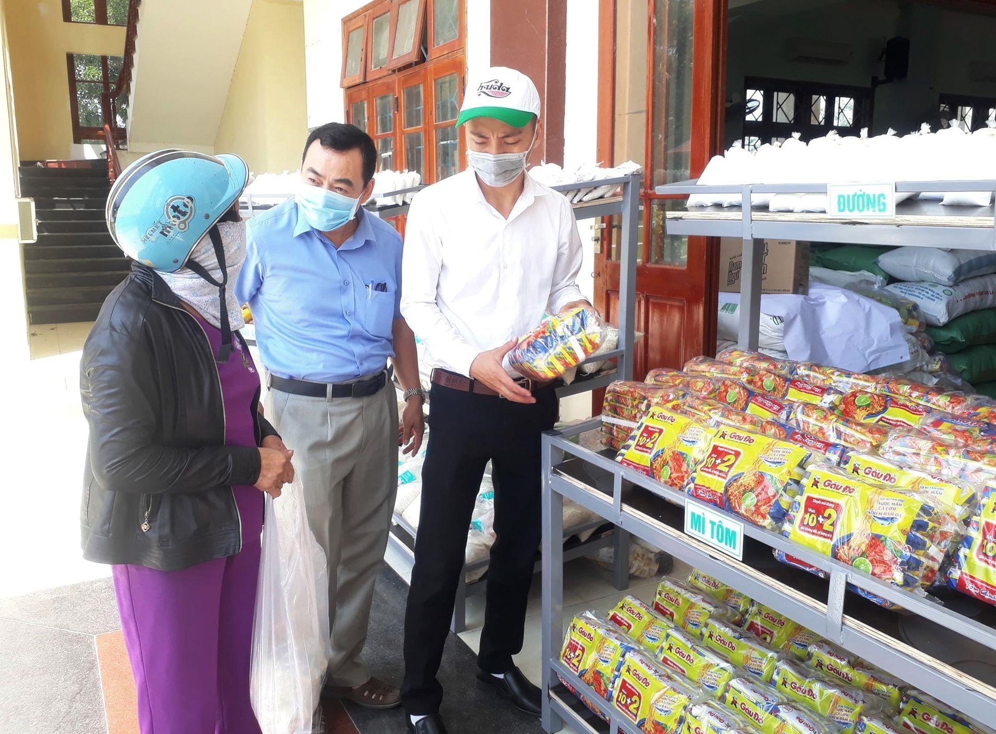 Siêu thị 0 đồng dành cho người khó khăn tại xã Quế Phú. ảnh DT
