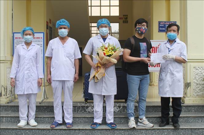 Giám đốc Bệnh viện Đa khoa huyện Nho Quan trao giấy xuất viện cho bệnh nhân 228. Ảnh: Hải Yến-TTXVN