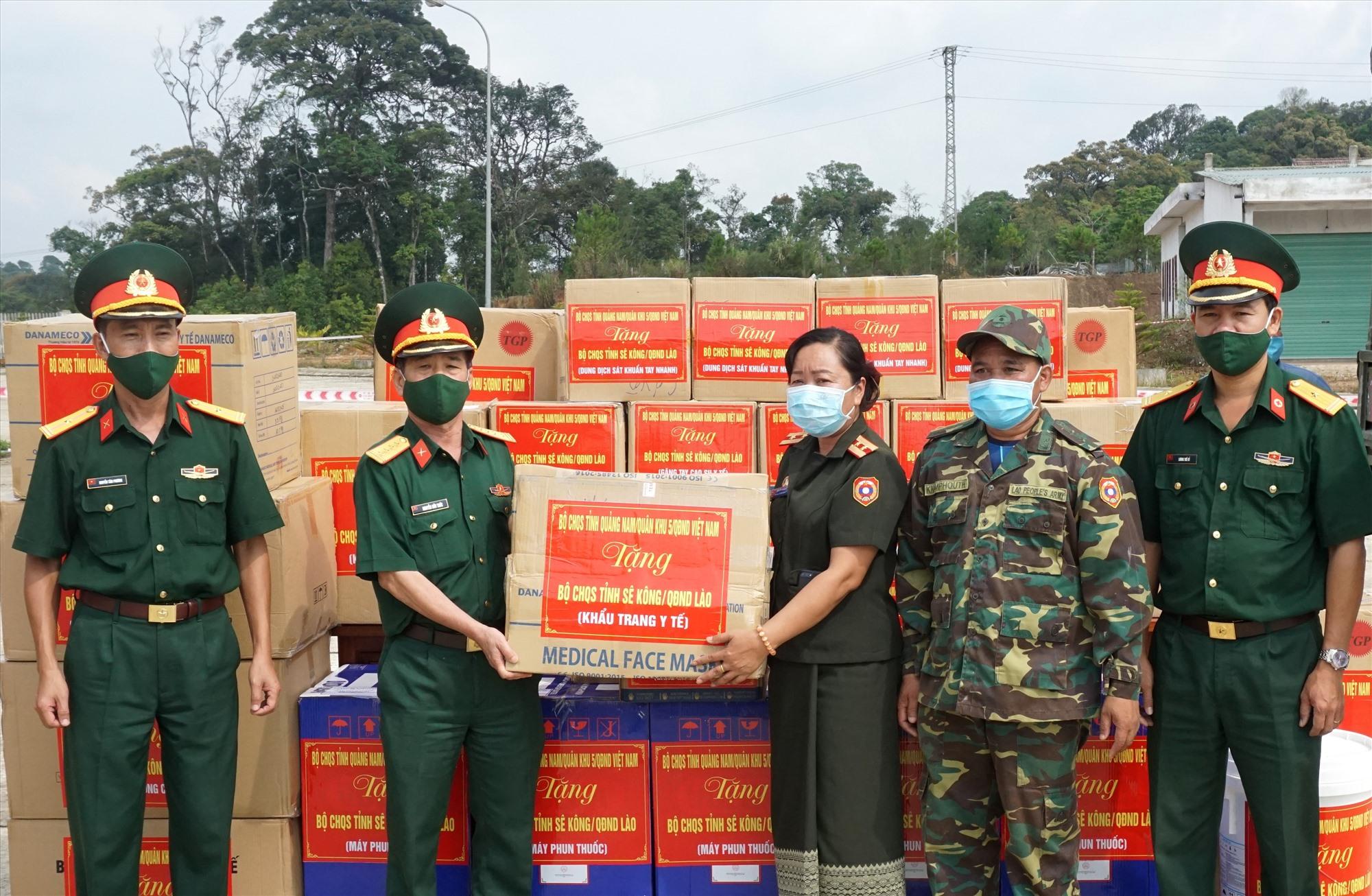 Đại diện Bộ CHQS tỉnh trao trang thiết bị hỗ trợ Bộ CHQS tỉnh Sê Kông phòng chống dịch Covid-19. Ảnh: NGUYÊN PHƯỚC