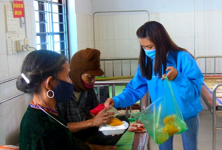Các bạn trẻ ở Đông Giang trao suất ăn miễn phí cho bệnh nhân đang điều trị tại Trung tâm Y tế huyện. Ảnh: Đ.N