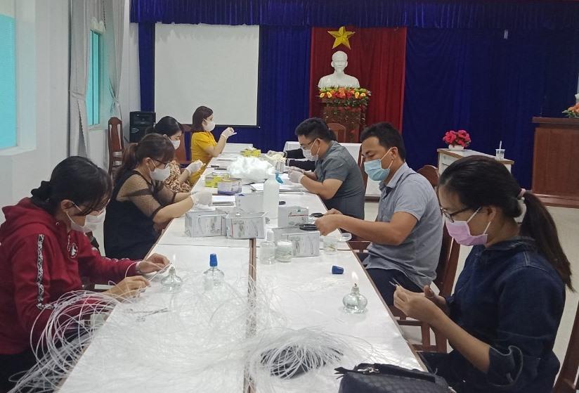 Một buổi làm que tăm bông của Chi đoàn CDC Quảng Nam. Ảnh: P.H