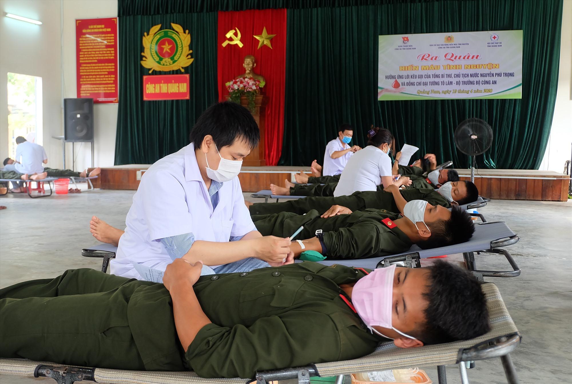 Đoàn viên thanh niên Công an tỉnh tham gia phong trào Hiến máu tình nguyện mùa Covid-19. Ảnh: MỸ LINH
