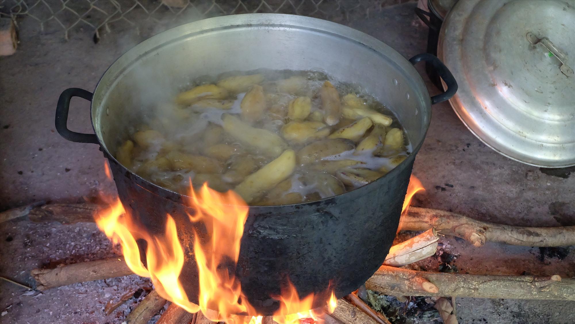 Khoai lang phải được chọn lựa kỹ càng, nấu trên lửa thật to thì mới chín đều. Ảnh: M.L