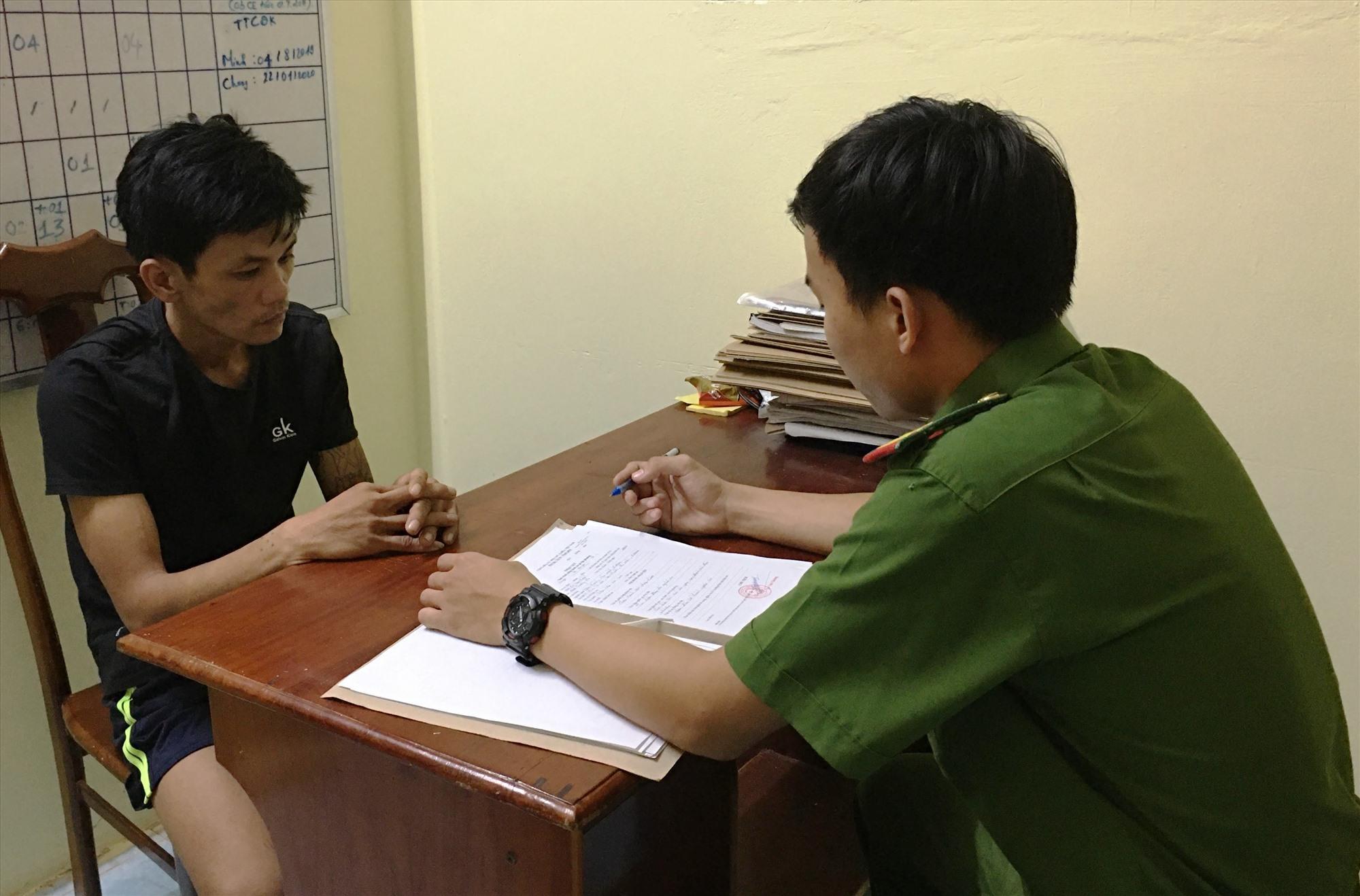 Công an huyện Phú Ninh tiến hành làm việc với đối tượng sau khi đầu thú. Ảnh: H.C