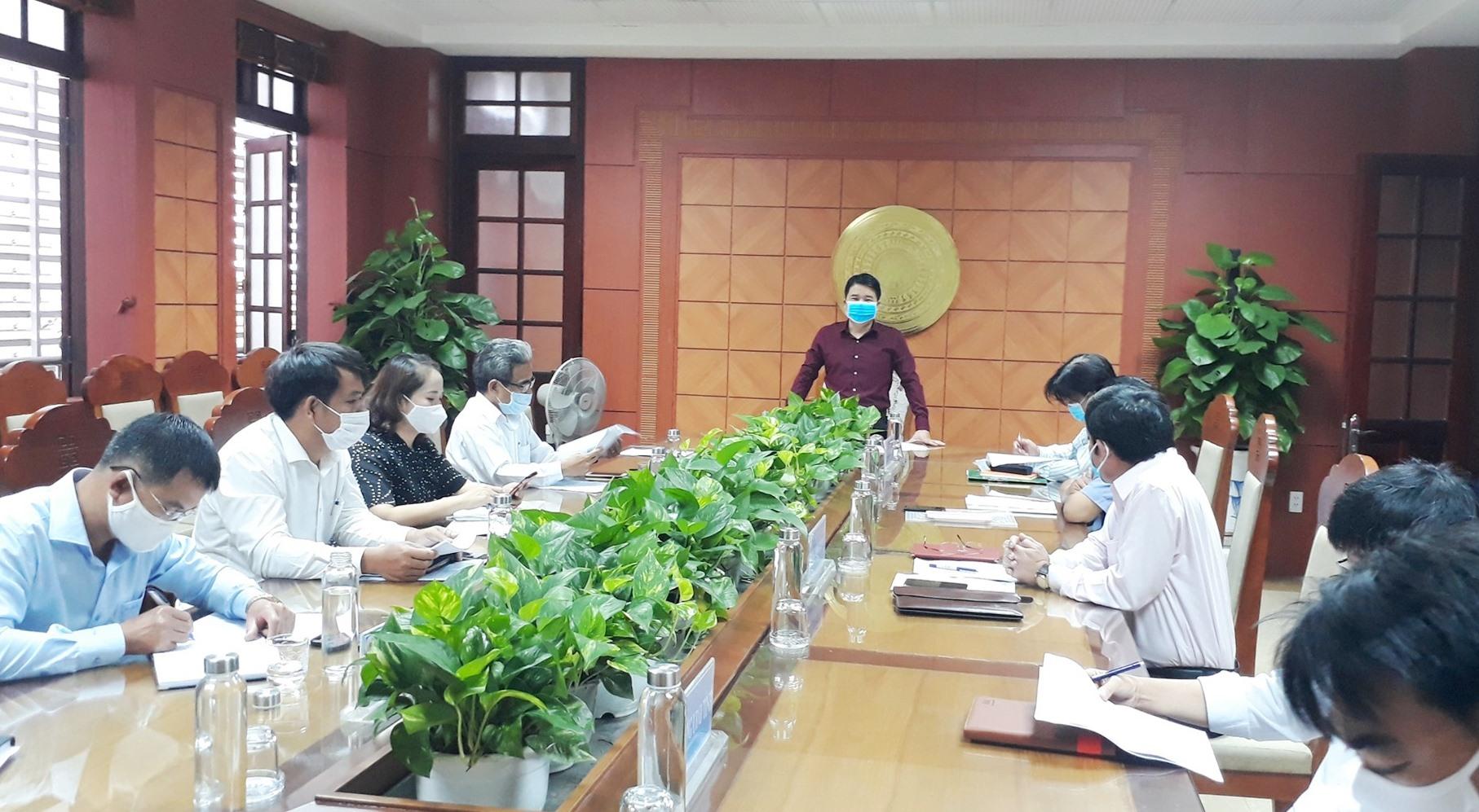 Phó Chủ tịch UBND tỉnh Trần Văn Tân yêu cầu khẩn trương thực hiện nghiêm túc, đầy đủ các biện pháp phòng chống dịch để học sinh đi học an toàn. Ảnh: X.P