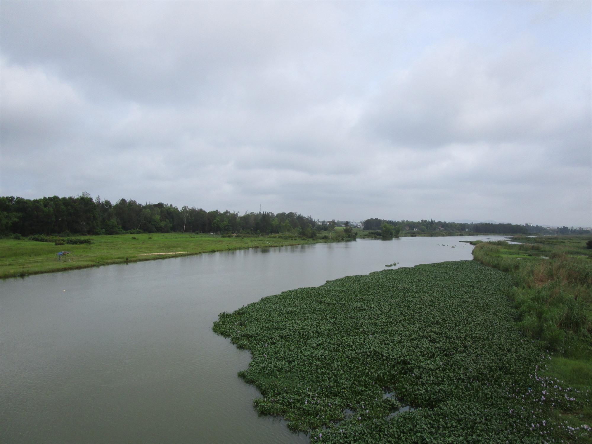 Một đoạn sông chảy qua làng Quảng Phú. Ảnh: PHÚ BÌNH