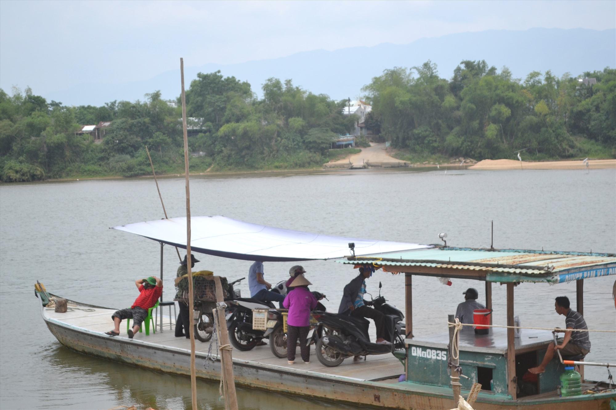 Đò ngang Duy Tân (Duy Xuyên) chỉ mới huy động một phương tiện phục vụ hành khách.