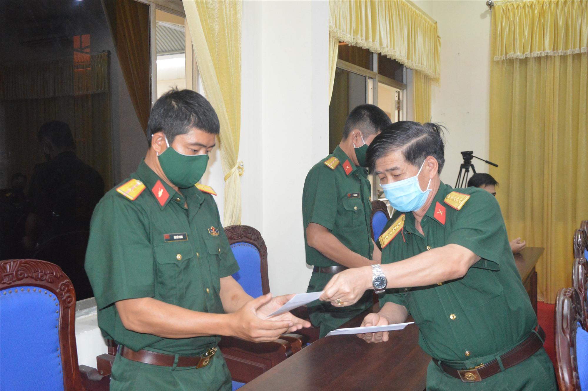 Lãnh đạo Bộ CHQS tỉnh trao tiền hỗ trợ cho quân nhân khó khăn do dịch Covid-19.