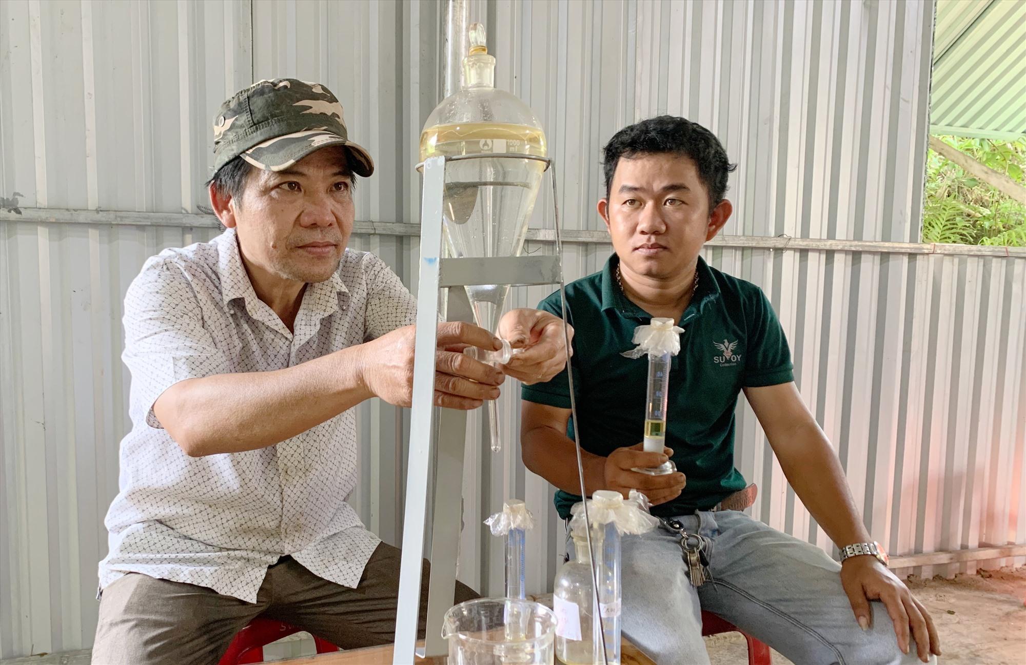 Anh Nam (bên phải) chiết xuất tinh dầu thành công và quyết định đầu tư sản xuất quy mô lớn. Ảnh: PHAN VINH