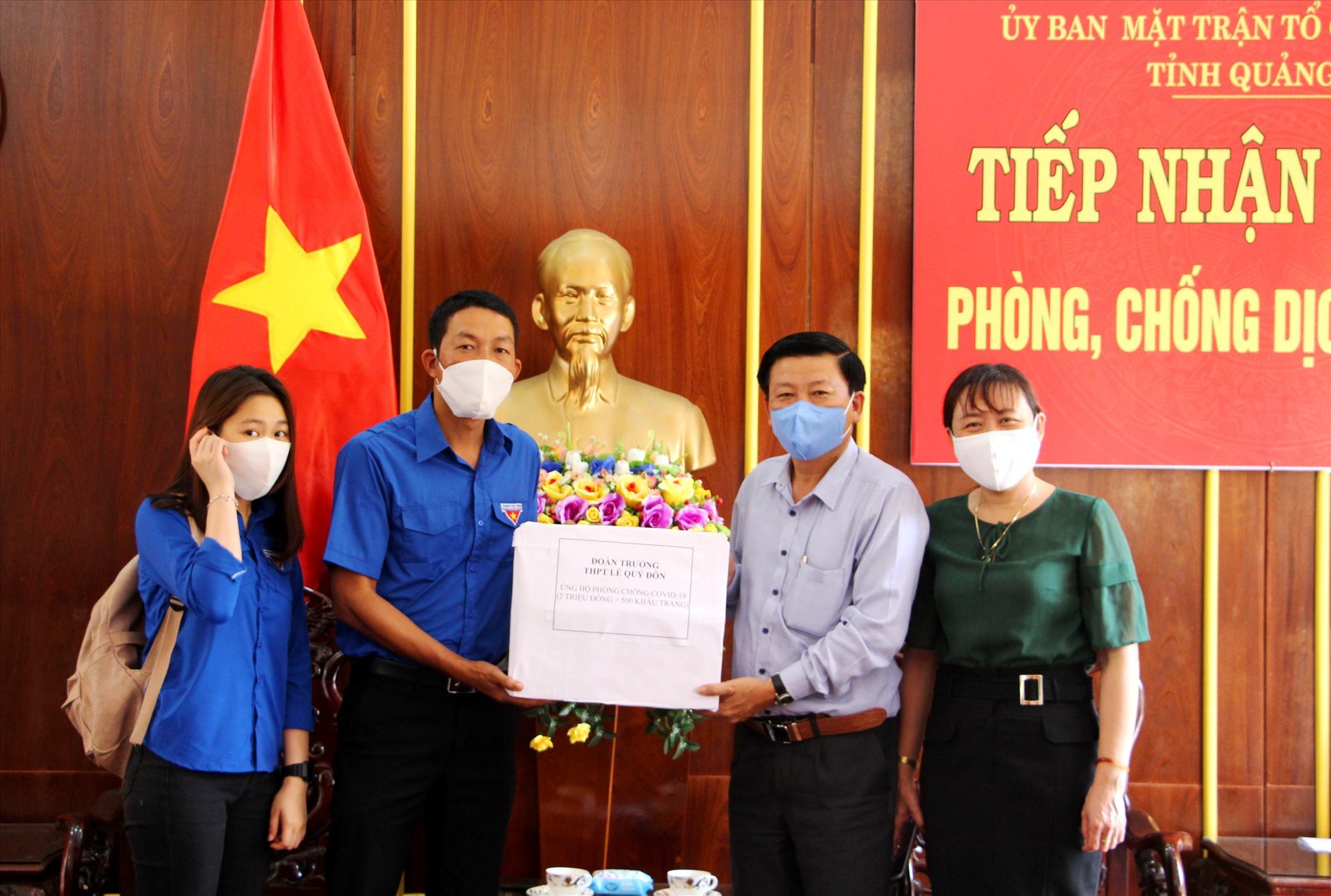 Đại diện Đoàn trường THPT Lê Quý Đôn ủng hộ phòng chống dịch Covid-19 tại Ủy ban MTTQ Việt Nam tỉnh. Ảnh: Đ.N