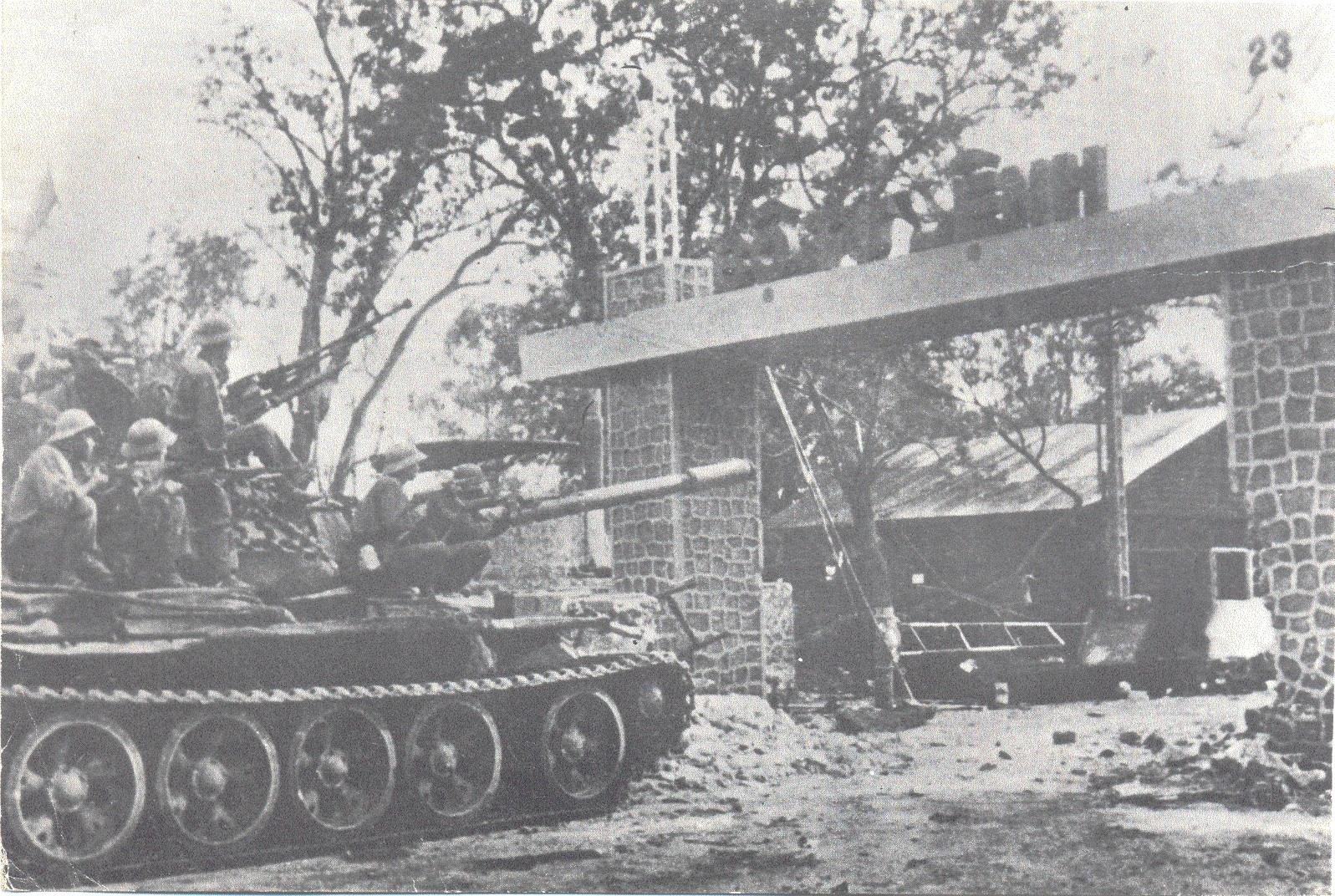 Quân Giải phóng đánh chiếm Bộ Tư lệnh Sư đoàn 23 ngụy (Ảnh tư liệu).
