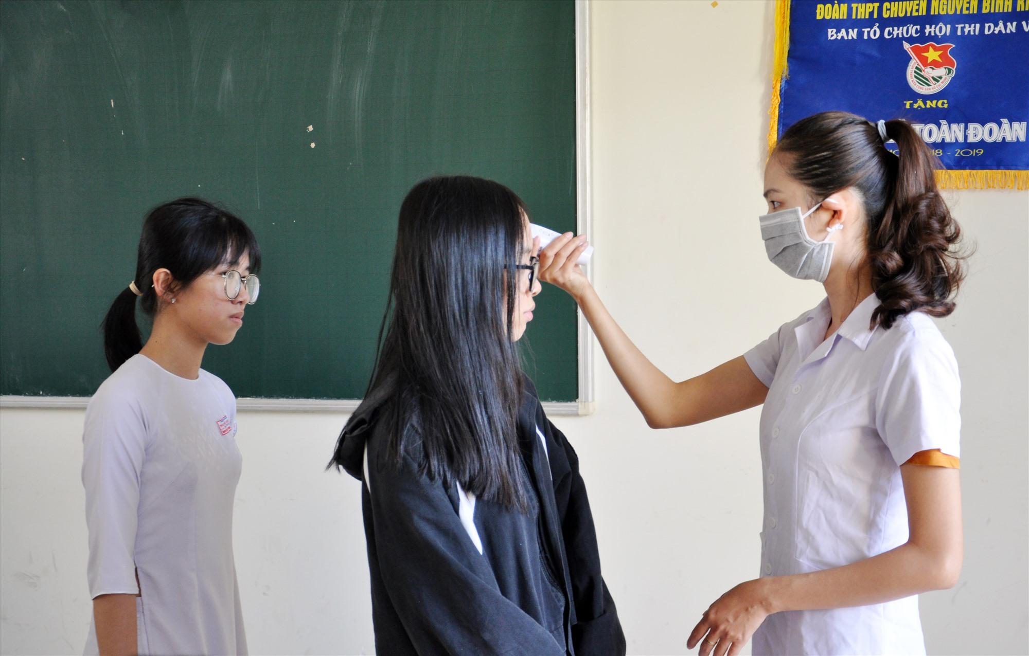 Các trường học được khuyến cáo phải trang bị máy đo thân nhiệt để kiểm tra HS hàng ngày. Ảnh: X.P