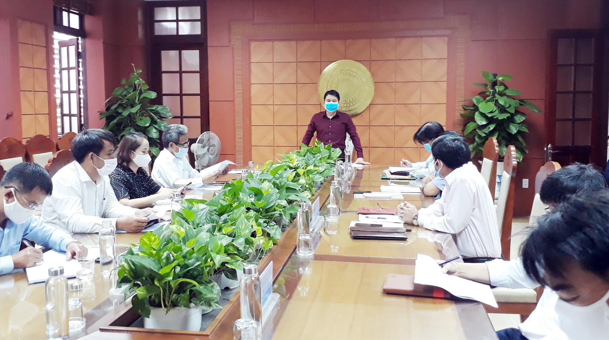Phó Chủ tịch UBND tỉnh Trần Văn Tân yêu cầu tất cả trường học phải an toàn vệ sinh phòng dịch. Ảnh: X.P