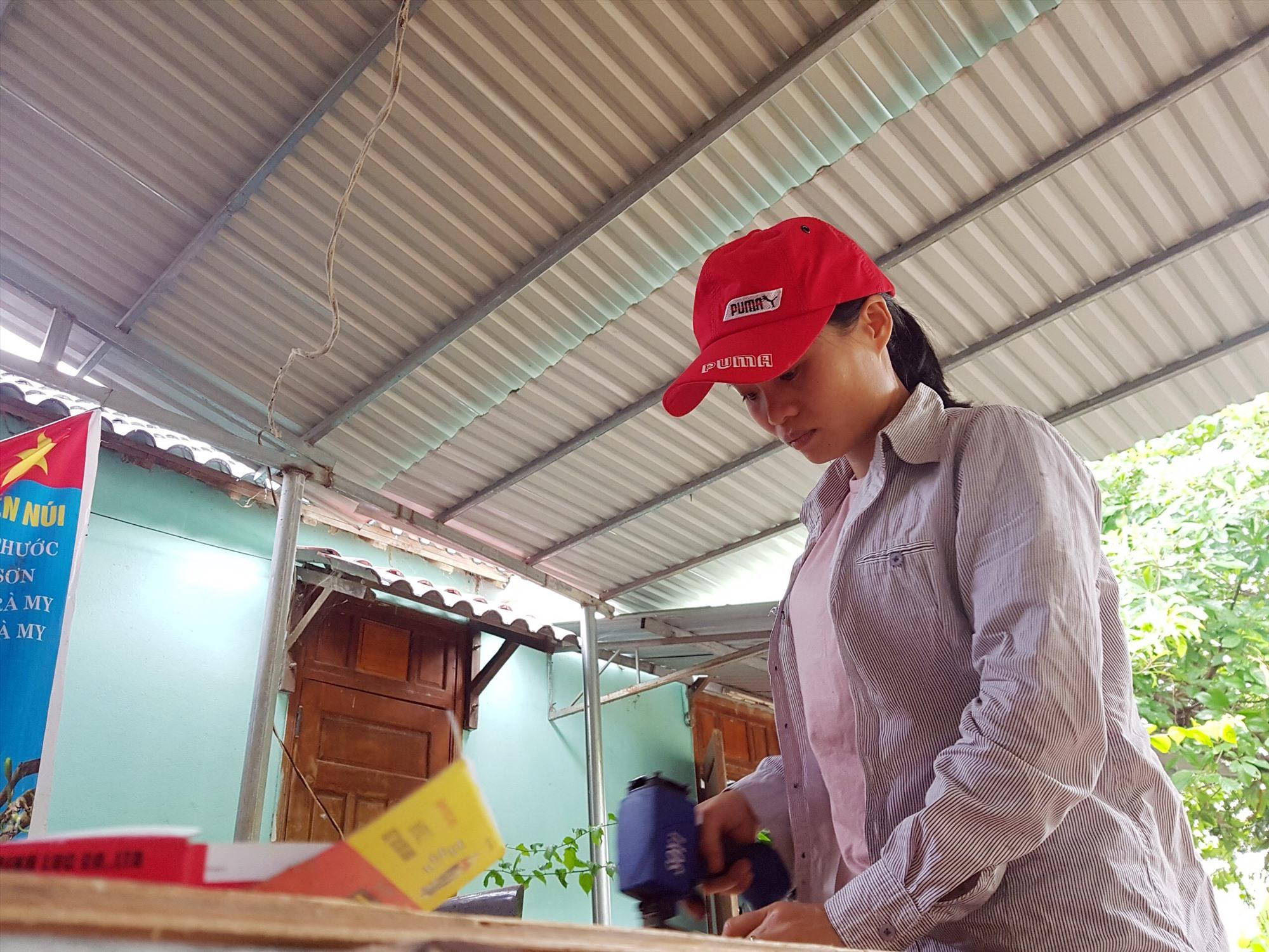 Những lúc rảnh rỗi, chị Ngô Thị Sương là một lao động chính tại cơ sở sản xuất giỏ hoa, đôn hoa Mỹ Thạnh. Ảnh: A.Đ