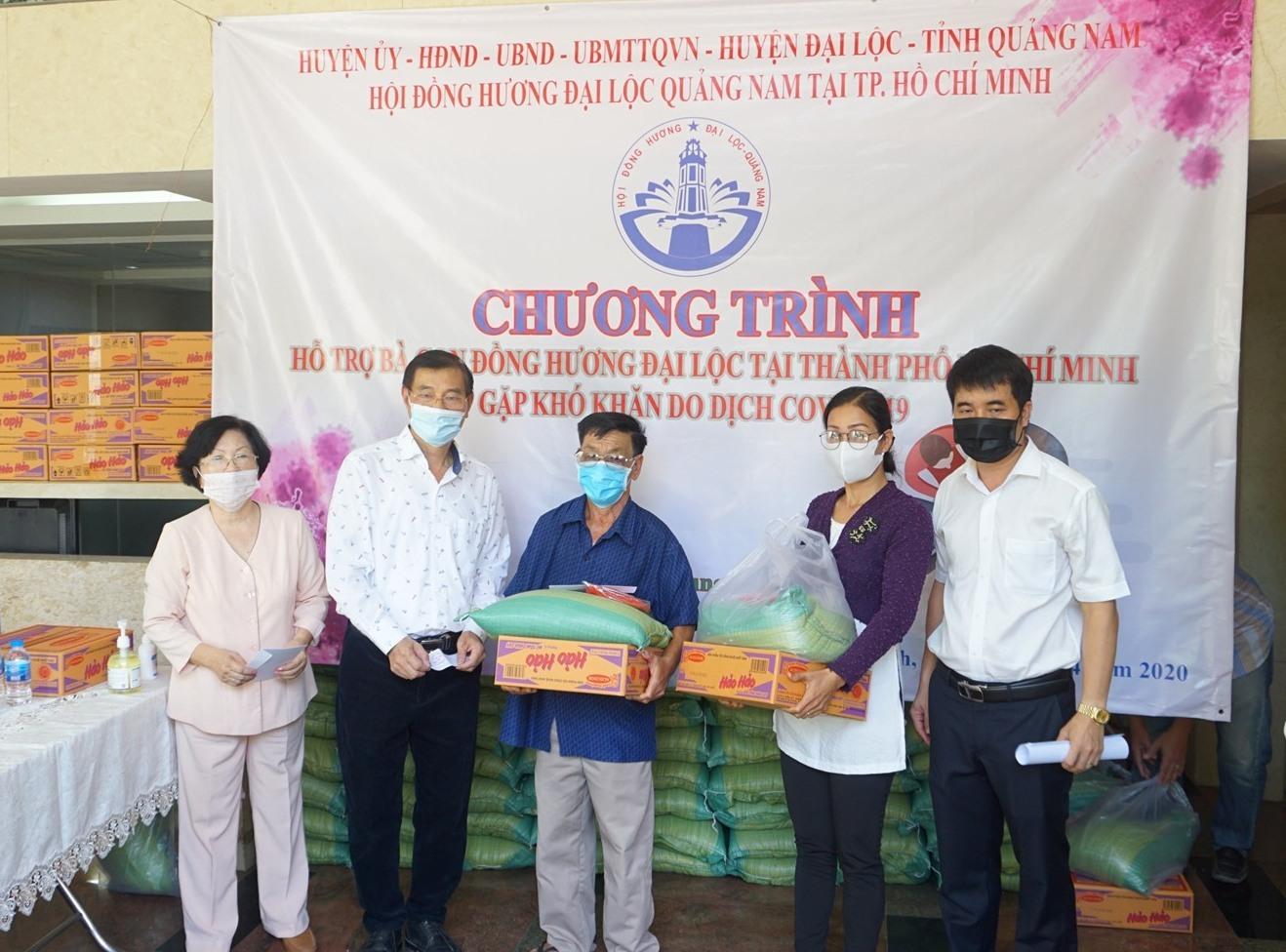 HĐH Đại Lộc tại TP.Hồ Chí Minh trao quà cho đồng hương Đại Lộc sinh sống tại TP.Hồ Chí Minh gặp khó khăn. Ảnh: N.C.SƠN
