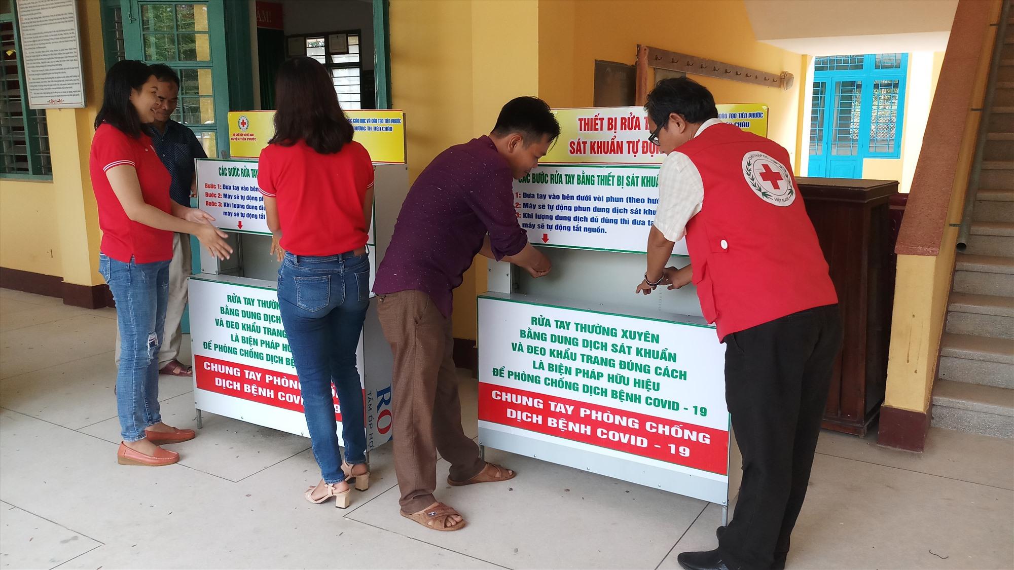 Tiên Phước lắp đặt 50 máy rửa tay phun sương diệt khuẩn tại 31 đơn vị trường học.