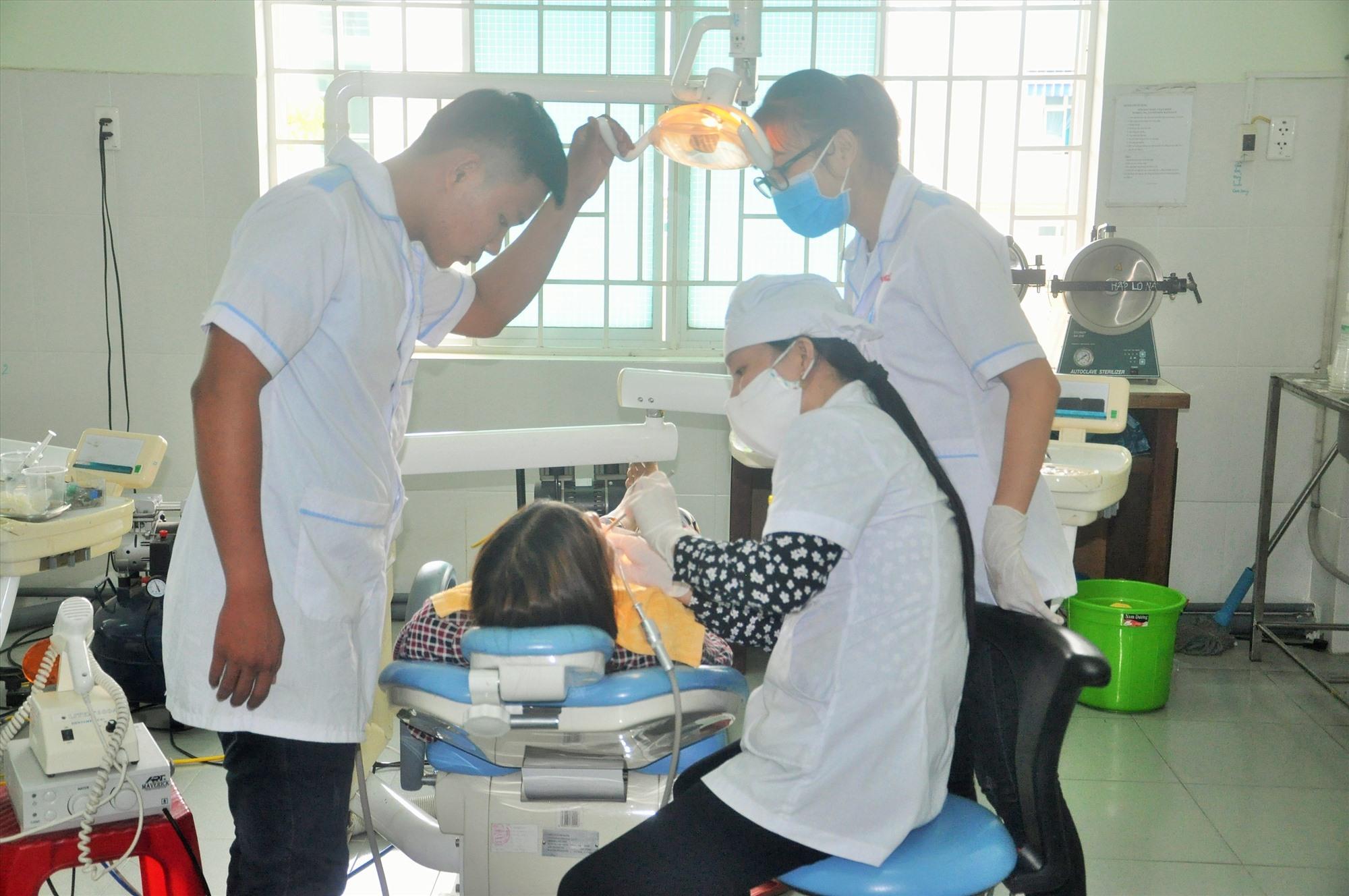 Khám chữa bệnh tại Bệnh viện đa khoa Trường Cao đẳng Y tế Quảng Nam. Ảnh: X.P