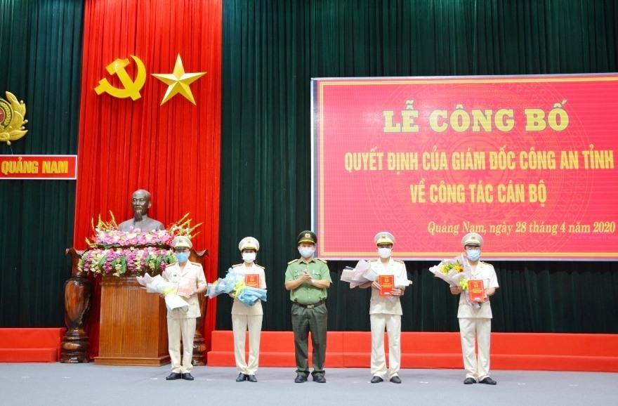 Đại tá Huỳnh Sông Thu - Phó Giám đốc Công an tỉnh trao quyết định cho 4 đồng chí được điều động, bổ nhiệm. Ảnh: M.T