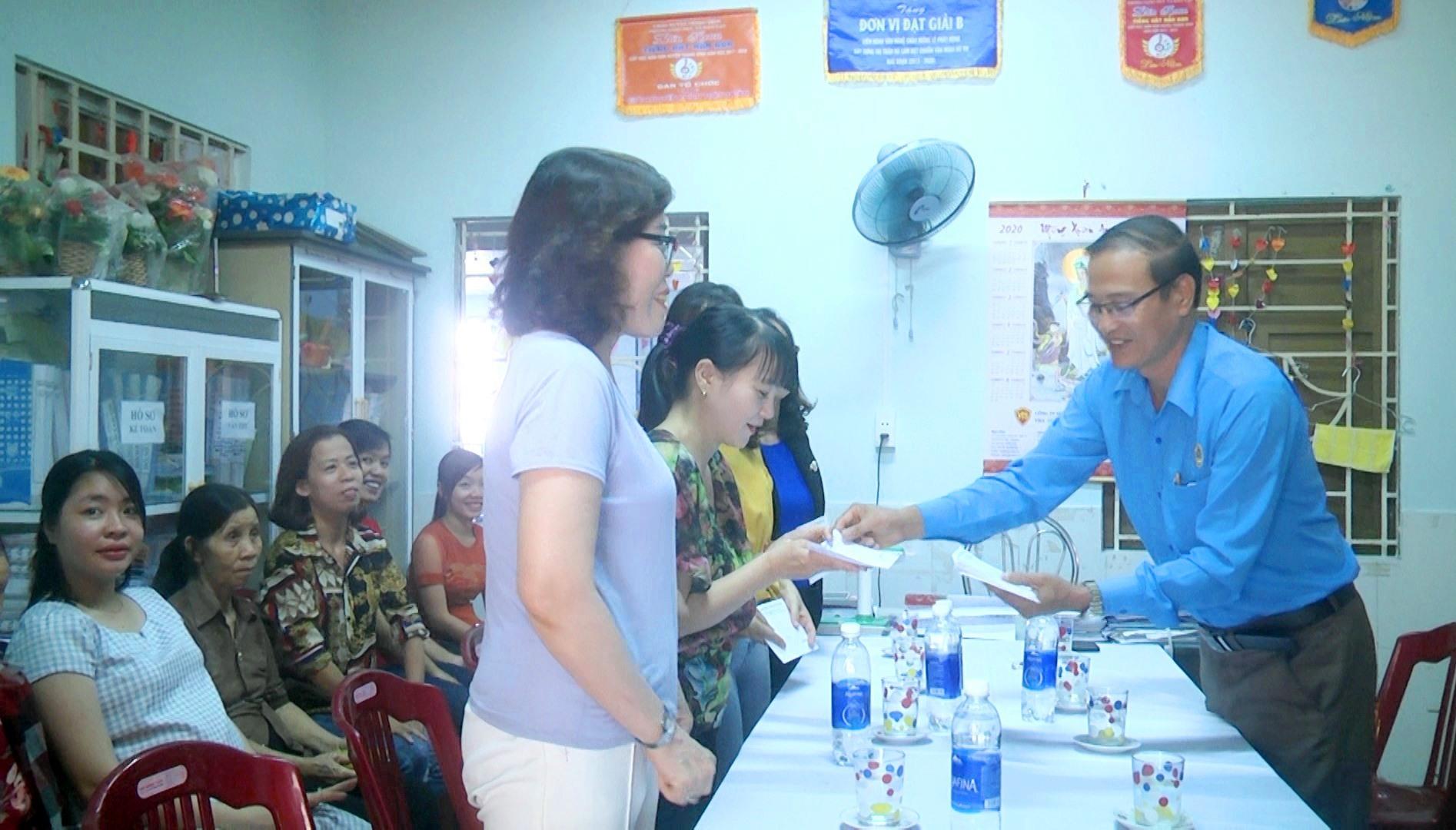 Lãnh đạo LĐLĐ tỉnh Quảng Nam Trao quà cho các cô giáo trường Mầm non tư thục Tuổi Thần Tiên. Ảnh: MT