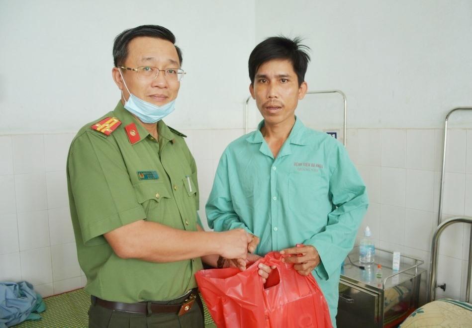 Thượng tá Nguyễn Thành Long - Phó Giám đốc Công an tỉnh thăm hỏi, động viên và trao quà cho đồng chí Trịnh Hồng Thu, Công an viên xã Bình Sa