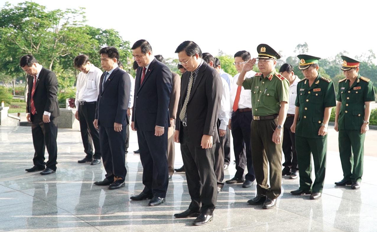 Lãnh đạo tỉnh thực hiện nghi thức phút mặc niệm trước Nghĩa trang liệt sĩ tỉnh. Ảnh: PHAN VINH