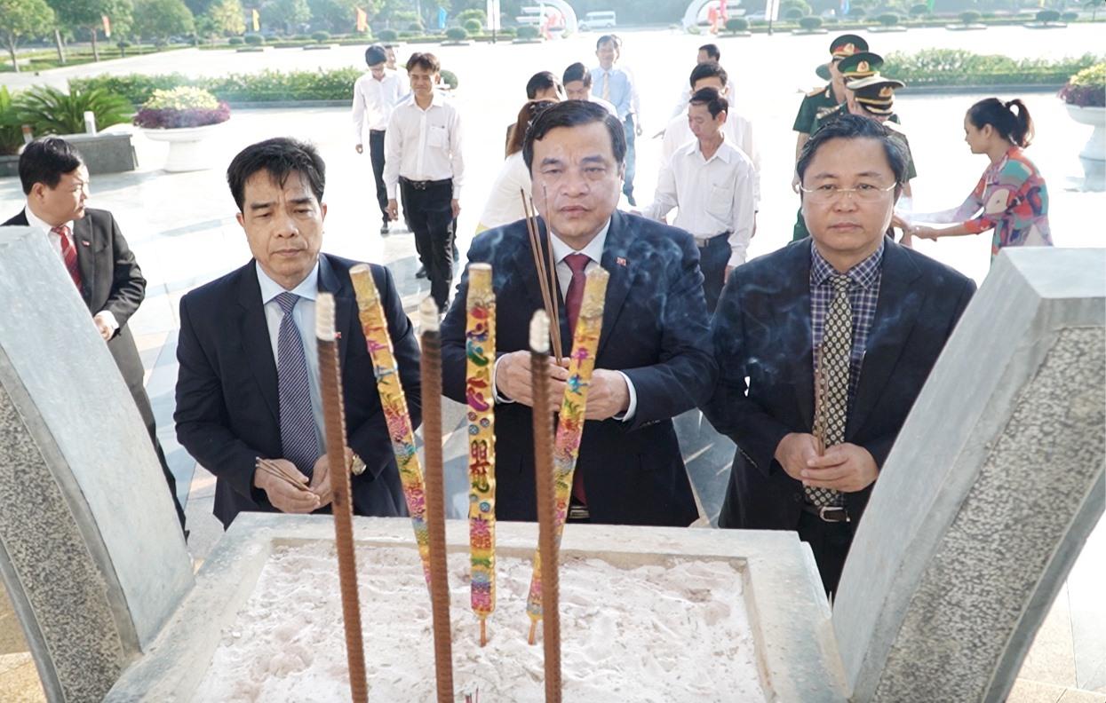 Các đồng chí lãnh đạo tỉnh viếng hương tại Nghĩa trang liệt sĩ tỉnh. Ảnh: PHAN VINH