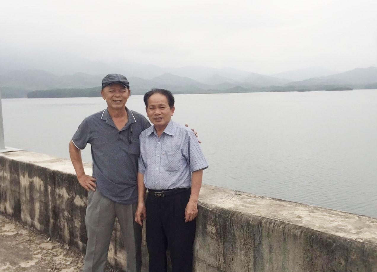 Tác giả (trái) và ông Trương Văn Mười tại hồ Khe Tân. Ảnh: T.Đ.T