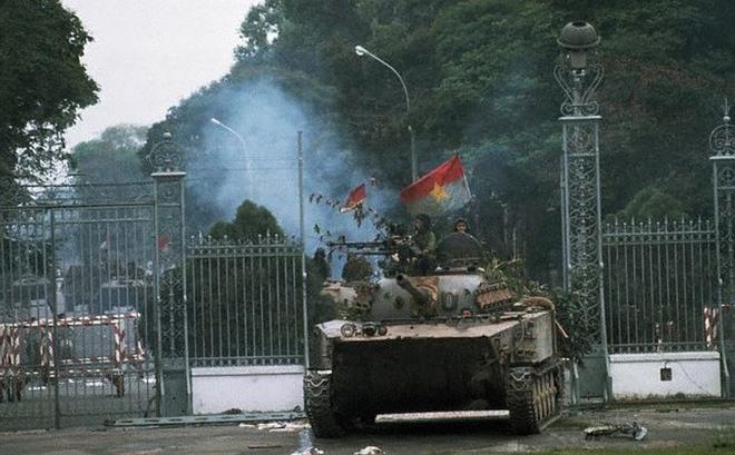 Xe tăng quân Giải phóng tiến vào Dinh Độc lập trưa 30.4.1975. (Ảnh tư liệu)