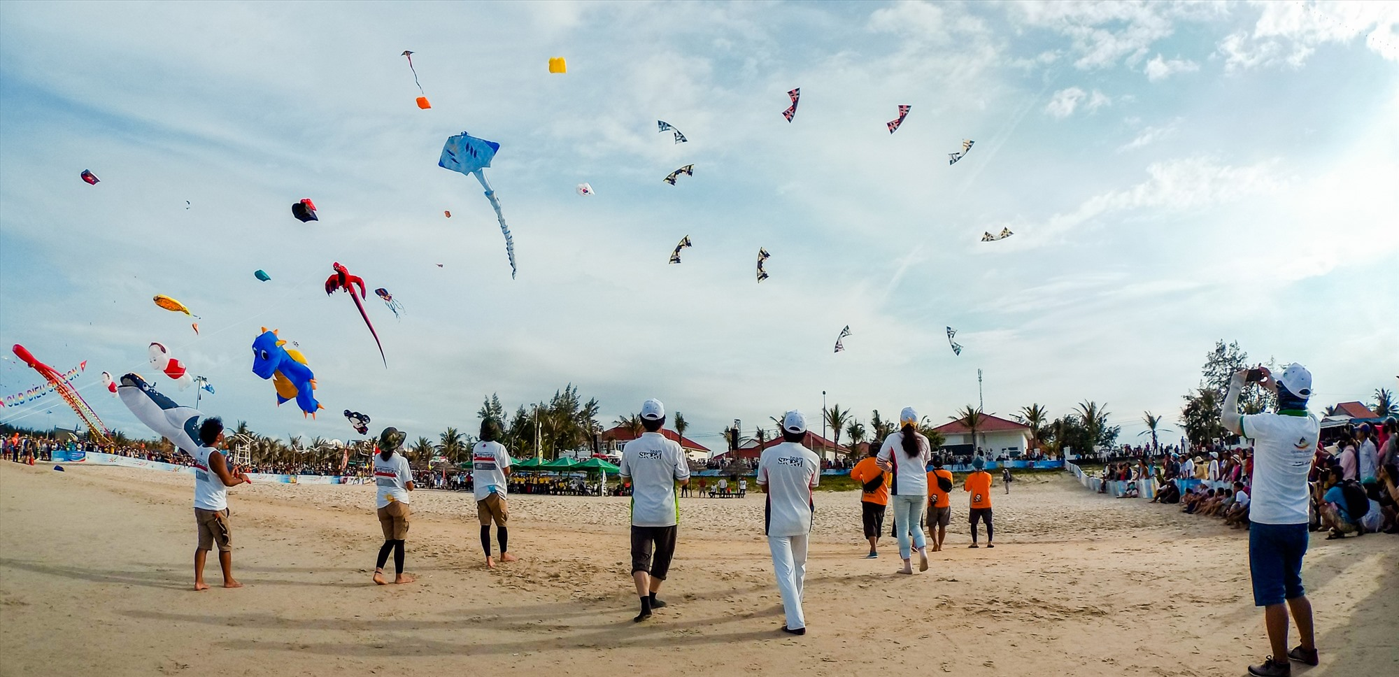Thế mạnh quan trọng bậc nhất của Quảng Nam là bờ biển dài và đẹp, do đó trong quy hoạch cần chú ý đảm bảo môi trường để thu hút khách du lịch đến tham quan và nghỉ dưỡng. TRONG ẢNH: Festival Diều quốc tế diễn ra vào năm 2017 ở bãi biển Tam Thanh (Tam Kỳ).Ảnh: PHƯƠNG THẢO