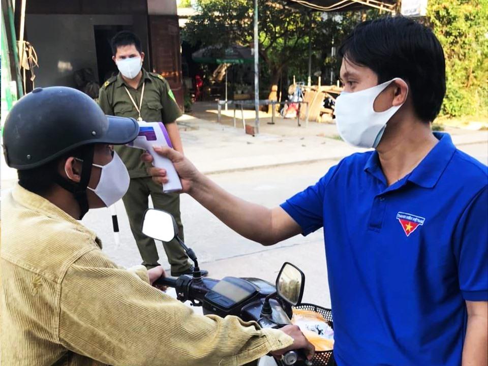 ĐVTN huyện Núi Thành tham gia tình nguyện tại một chốt kiểm soát trên địa bàn huyện. Ảnh: THÁI CƯỜNG