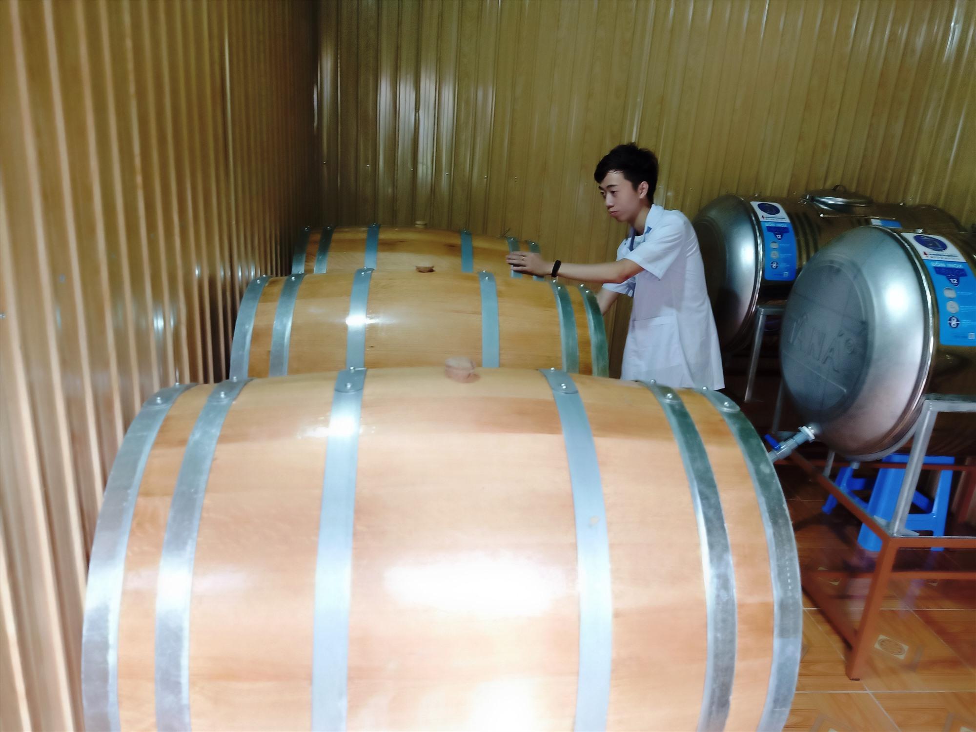 Khu vực chưng cất rượu vang của HTX Phước Tuyên. Ảnh: HOÀNG LIÊN