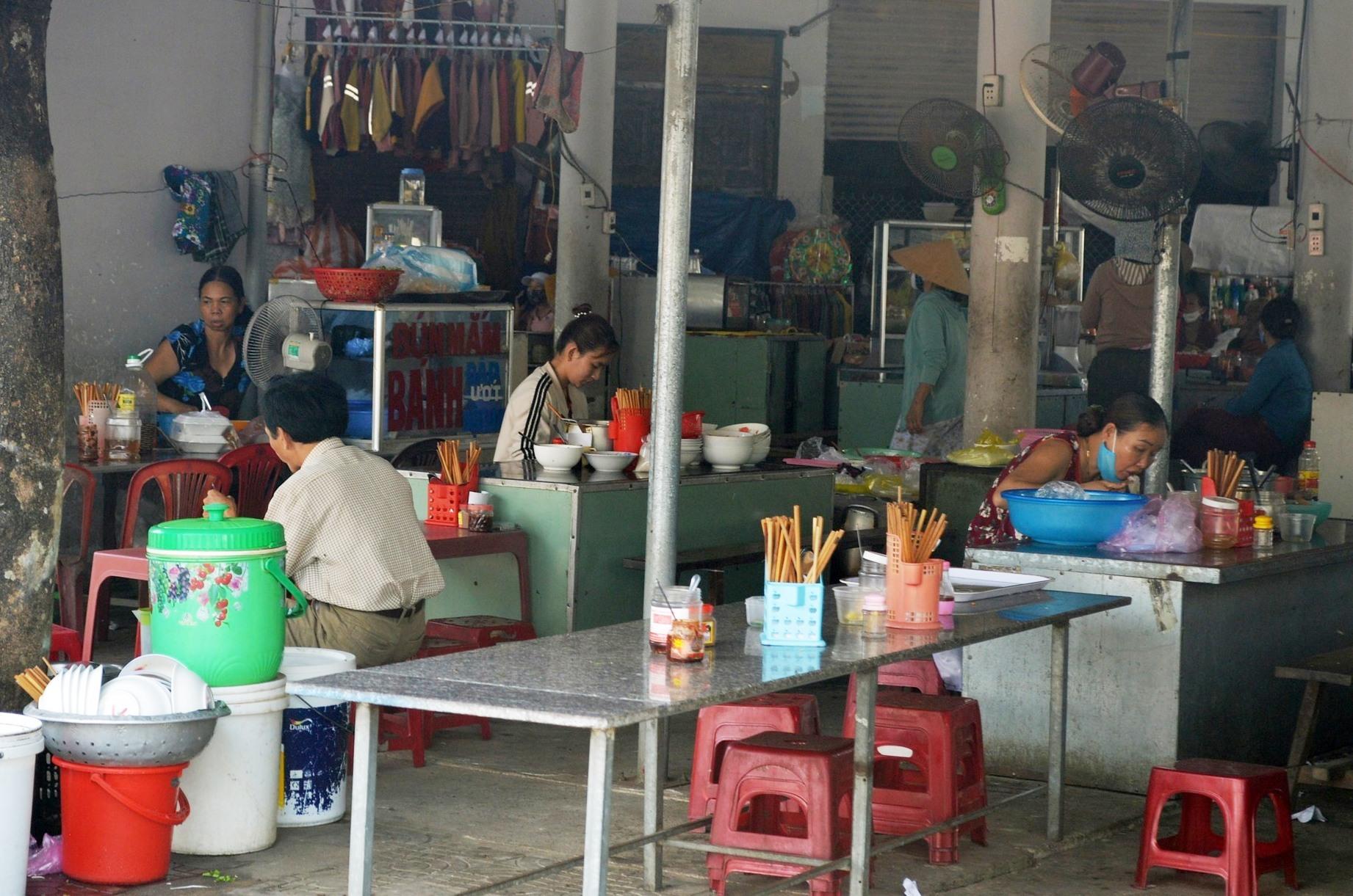 Tại chợ Thanh Quýt (xã Điện Thắng Trung), thậm chí các quán ăn uống vẫn còn hoạt động khá nhộn nhip