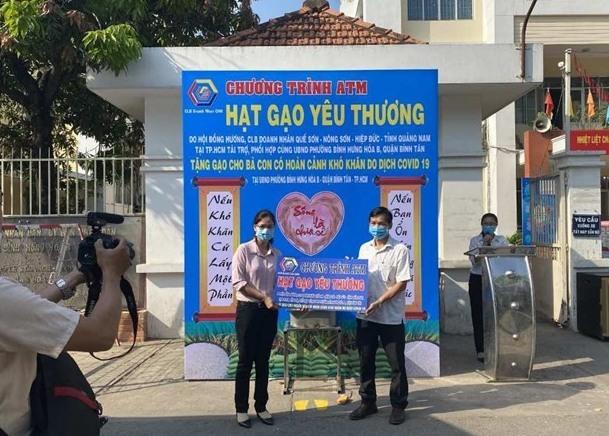 Chương trình ATM Hạt gạo yêu thương do CLB doanh nhân Quế Sơn - Nông Sơn - Hiệp Đức tổ chức tại TP.Hồ Chí Minh. Ảnh: VÕ CÔNG KHANH