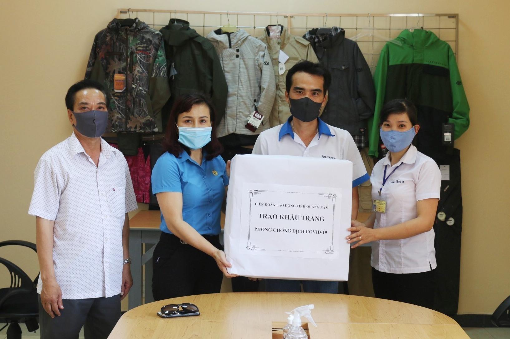 LĐLĐ tỉnh trao khẩu trang phòng chống dịch Covid-19 tại các công ty. Ảnh: D.L