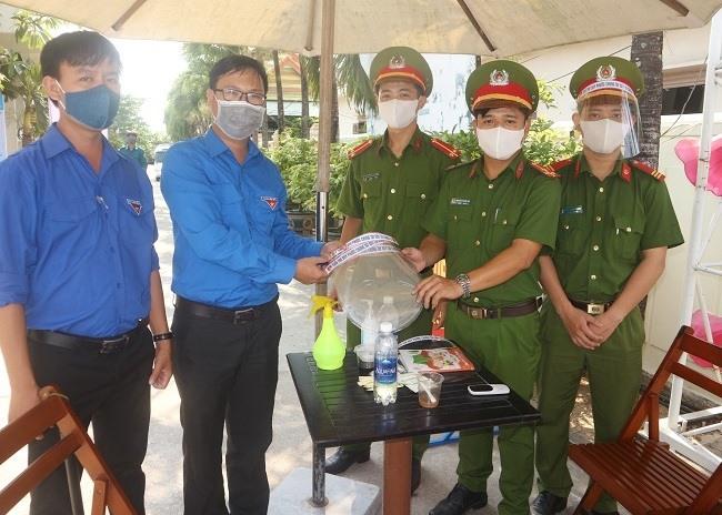 Huyện đoàn Duy Xuyên trao tặng mũ bảo hộ cho lực lượng làm nhiệm vụ phòng chống dịch
