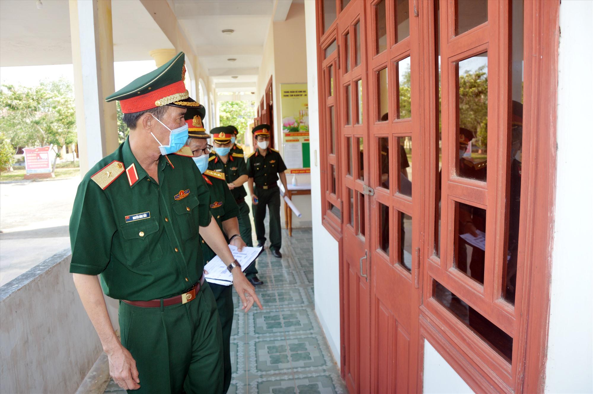 Thiếu tướng Nguyễn Đình Tiến, Phó Tư lệnh Quân khu kiểm tra công tác chuẩn bị cho bệnh viện dã chiến số 3 tại Quảng Nam.