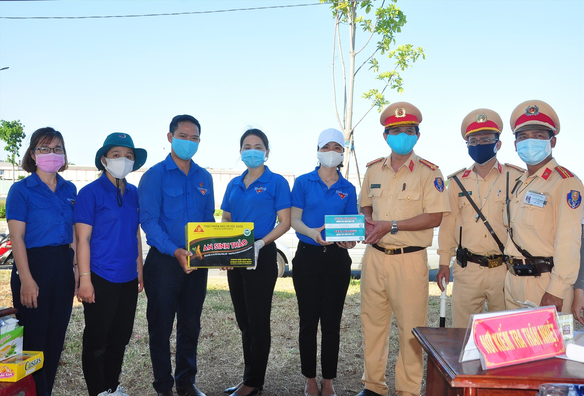 Lực lượng làm nhiệm vụ tại chốt kiểm soát phía Nam (xã Tam Hiệp, huyện Núi Thành) nhận quà từ Thường trực Tỉnh đoàn. Ảnh: VINH ANH
