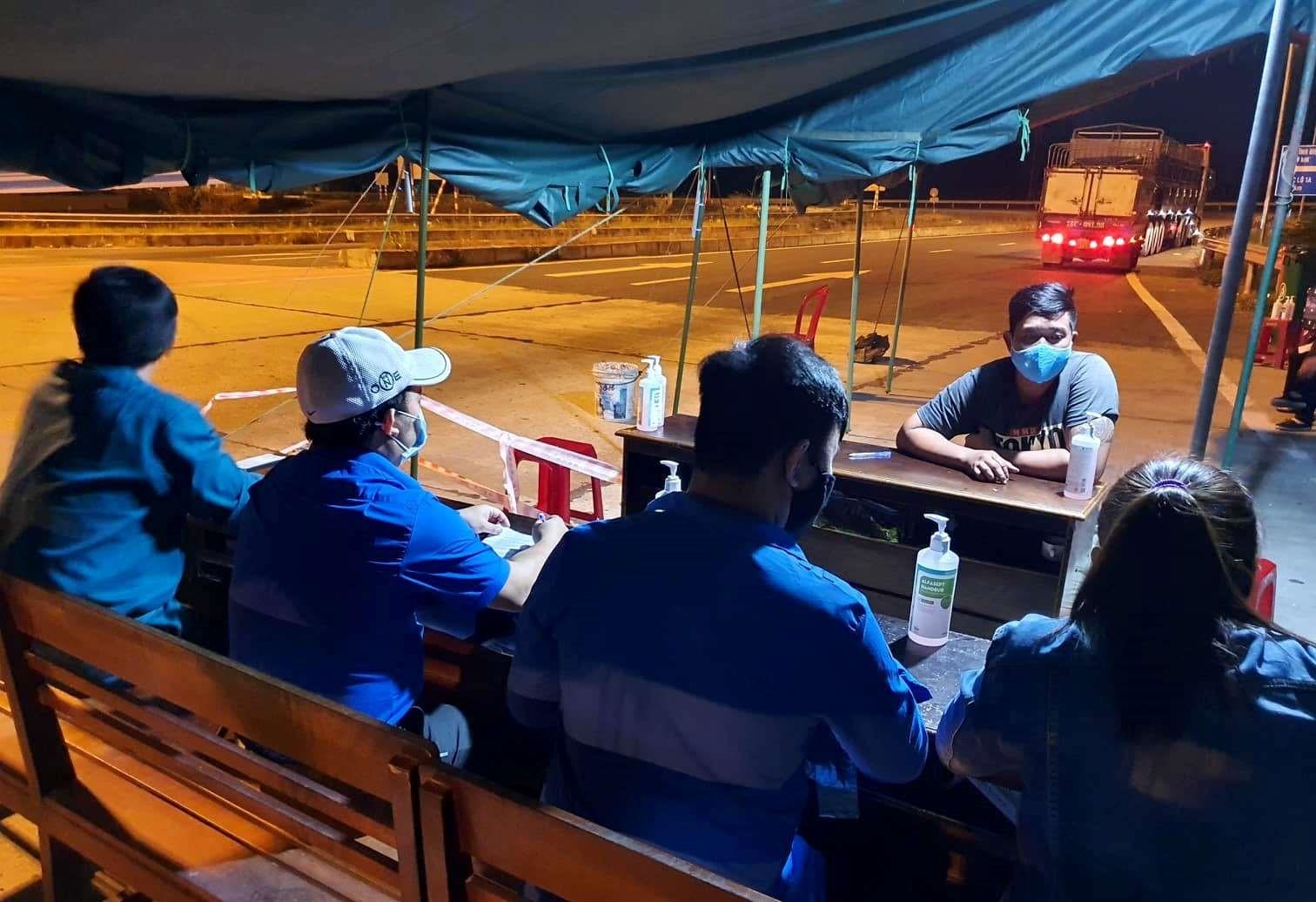 Không chỉ ban ngày, lực lượng thanh niên xung kích của tỉnh còn tham gia hỗ trợ tại các chốt kiểm soát vào ban đêm. Ảnh: V.A