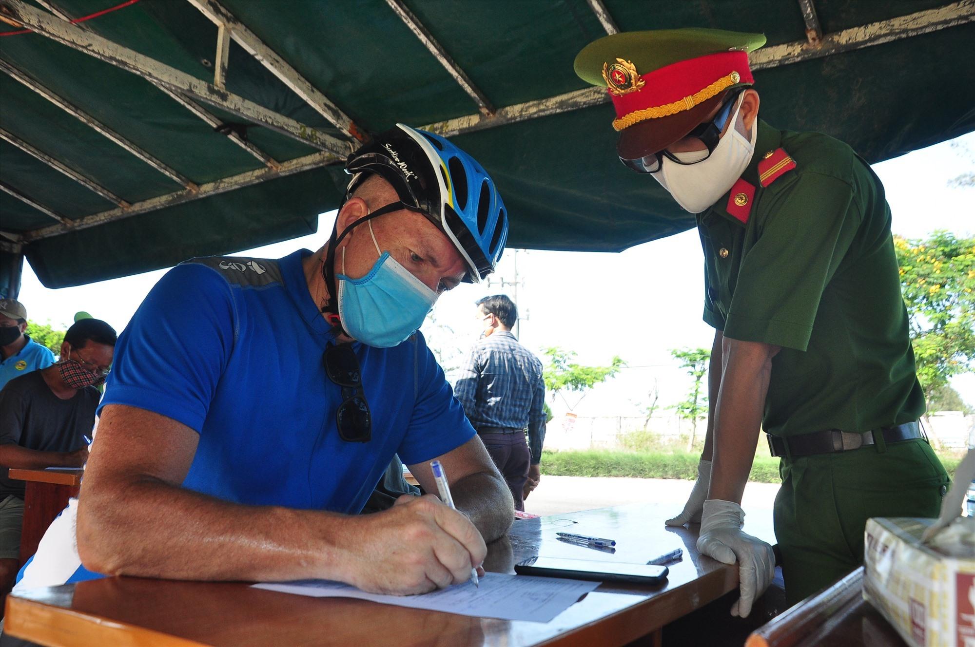 Du khách này là ông Michel Gemain, người Canada, làm việc tại TP.Đà Nẵng, tham gia khai báo y tế tại chốt kiểm soát. Ảnh: V.A