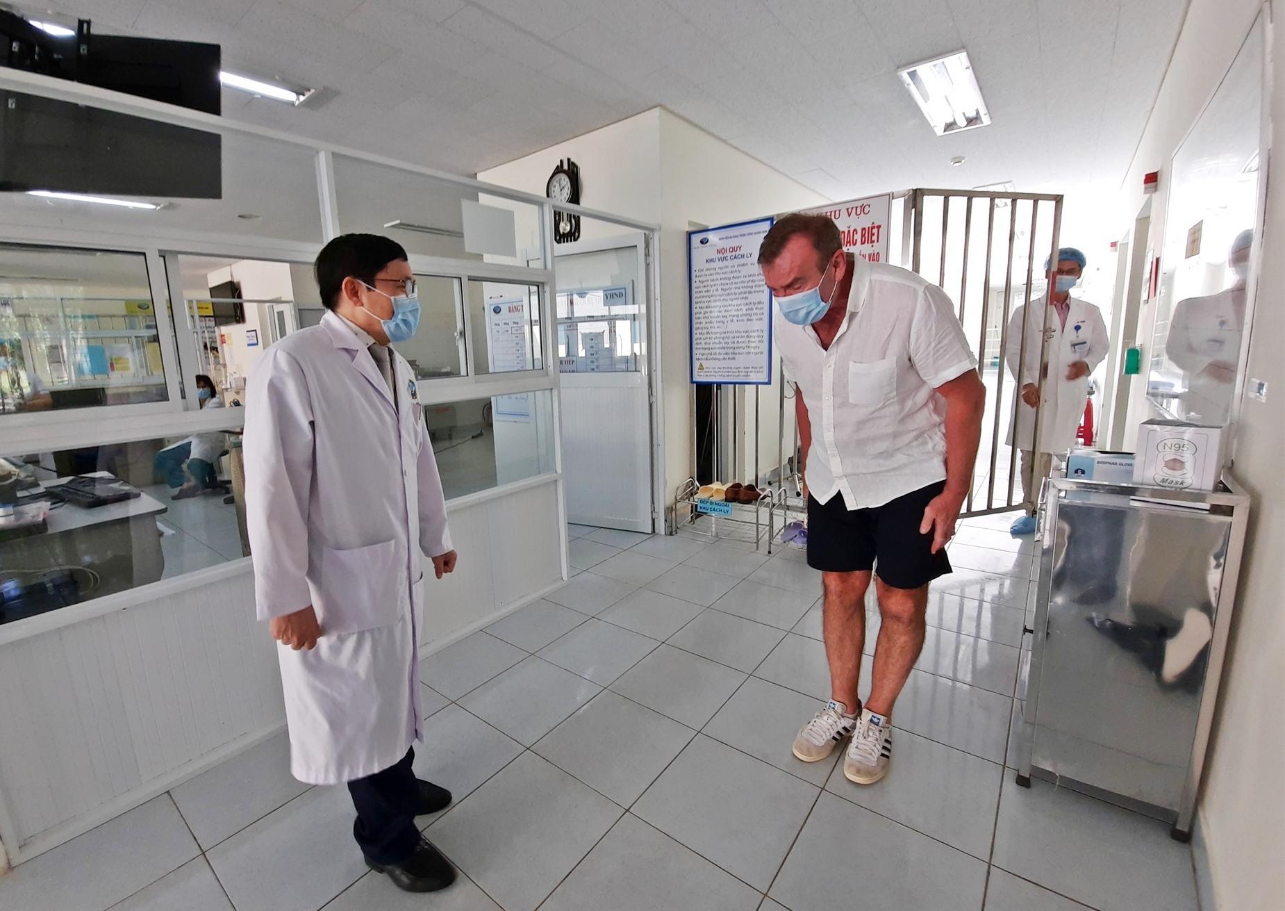Bệnh nhân Covid-19 rời khỏi Khu cách ly đặc biệt lúc 14 giờ hôm nay (5.4). Ảnh: ĐẠO QUÂN