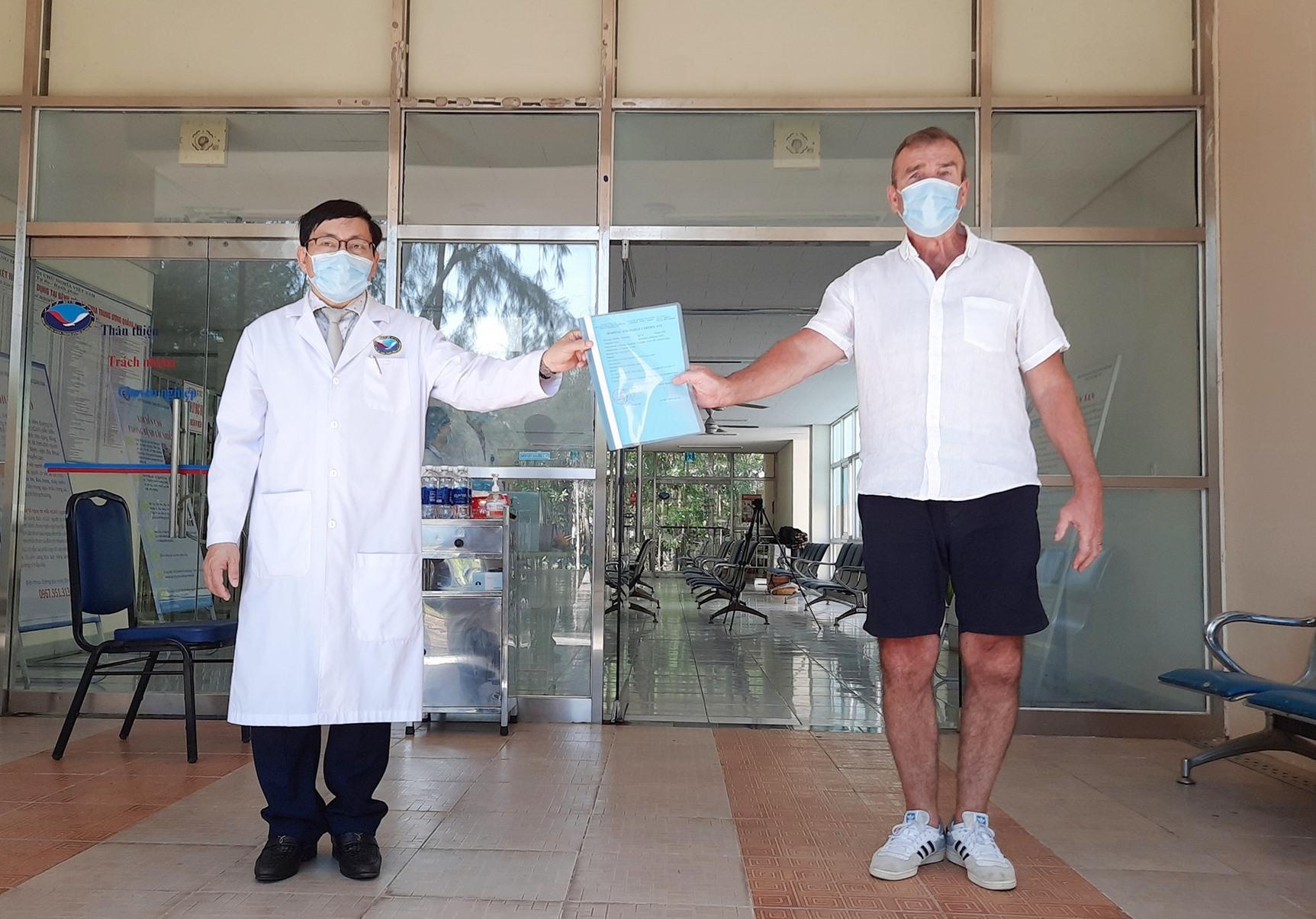 Trao giấy xuất viện cho bệnh nhân số 57. Ảnh: ĐẠO QUÂN