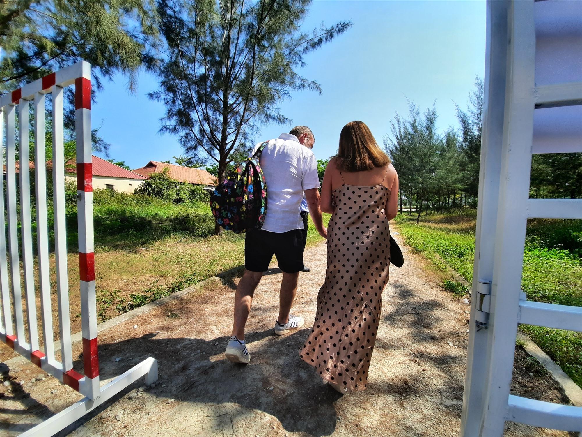 Hai vợ chồng rời khu cách ly điều trị tại Bệnh viện Đa khoa Trung ương Quảng Nam. Ảnh: ĐẠO QUÂN